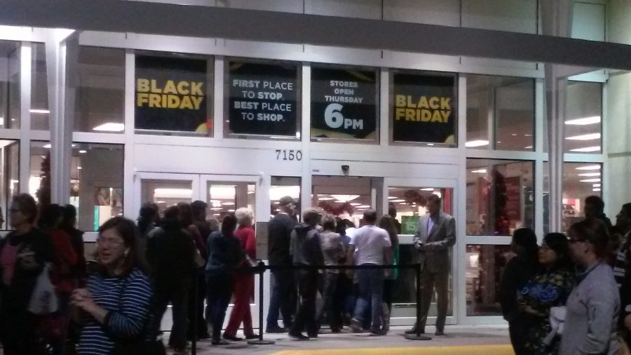 Black+Friday+shoppers+standing+outside+of+Kohl%27s%2C+Thanksgiving+night+at+6+p.m.